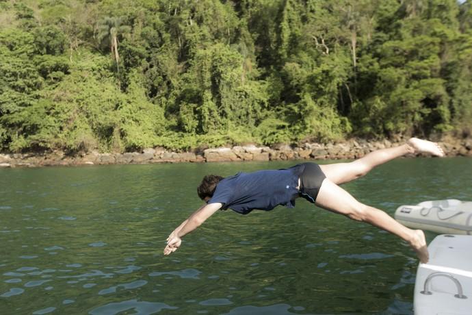 Tiago mergulha para procurar a namorada (Foto: Raphael Dias/Gshow)