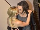 Isabelle Drummond  troca beijos com Tiago Iorc em lançamento de novela