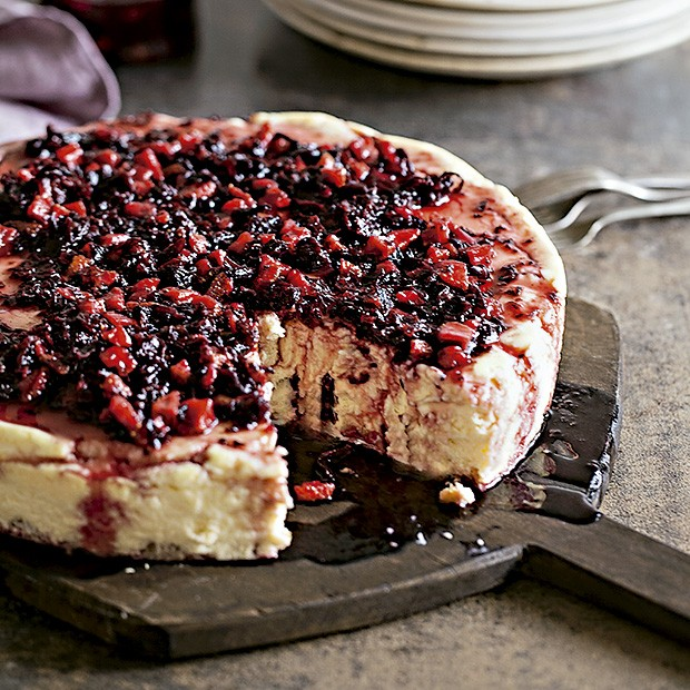 Cheesecake com calda de hibisco e frutas vermelhas (Foto: Elisa Correa/Editora Globo)