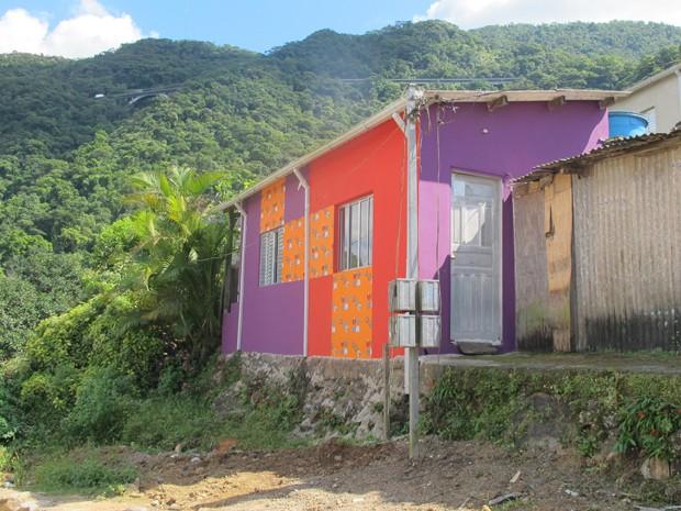 g1 casas coloridas se destacam no verde da serra do mar em cubatão