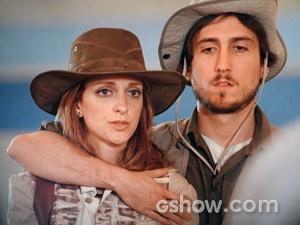 Pri e Marcelo entram no clima da viagem! (Foto: Além do Horizonte/TV Globo)