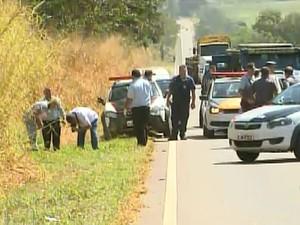 Rodovia Abrão Assed permanece interditada para perícia e busca dos presos foragidos (Foto: Paulo Souza/EPTV)
