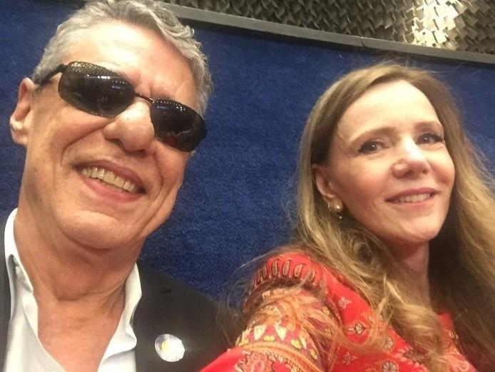 A senadora Vanessa Grazziotin, do PCdoB, não se aguentou e fez selfie com Chico Buarque no Senado (Foto: Reprodução/ Instagram)
