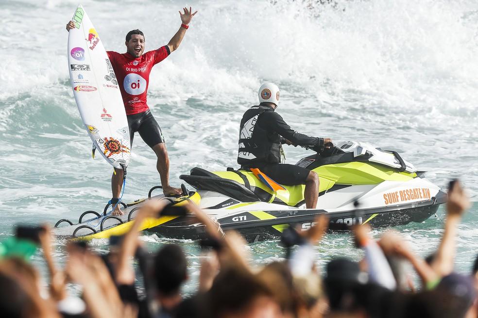 Adriano de Souza deixa a água vibrando após conquistar o Rio Pro (Foto: Damien Poullenot / WSL / Poullenot)