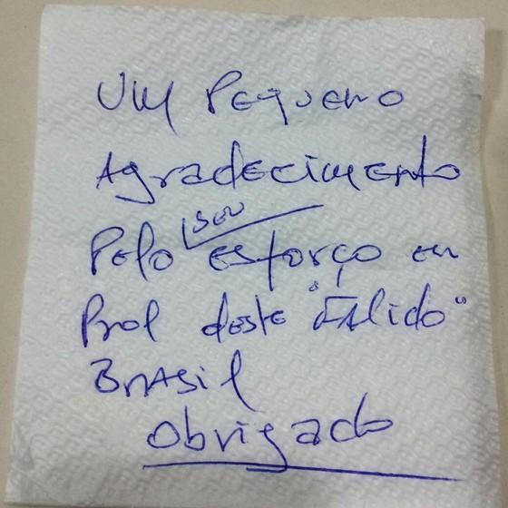 Após cortesia de pagar o almoço do deputado Jair Bolsonaro (PP-RJ), um cliente do restaurante ainda lhe manda recado no guardanapo (Foto: Jair Bolsonaro)