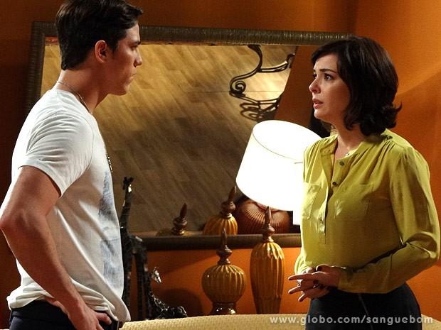 Tito e Renata discutem (Foto: Sangue Bom / TV Globo)