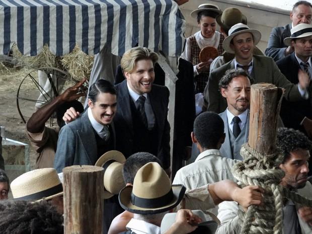 Thiago Fragoso, George Sauma e Emílio de Mello também gravaram a cena (Foto: Lado a Lado/TV Globo)