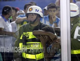 Suposto torcedor menor de idade que teria arremessado garrafa para dentro de campo (Foto: Tarso Sarraf/O Liberal)