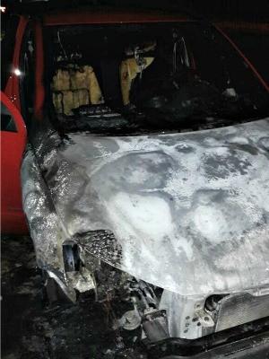 Carro de agente foi incendiado na madrugada desta terça-feira (7) (Foto: Divulgação/Asspen-AC)