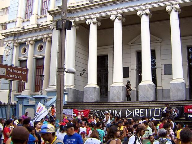 Moradores das ocupações da Izidora se concretraram em frente ao Palácio da Justiça, em Belo Horizonte (Foto: Reprodução/TV Globo)