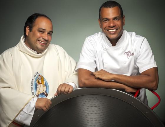 Padre Omar e Jan Santos: juntos para comandar a Maratona de Paellas que acontece no Rio  (Foto: Marcelo Faustini)
