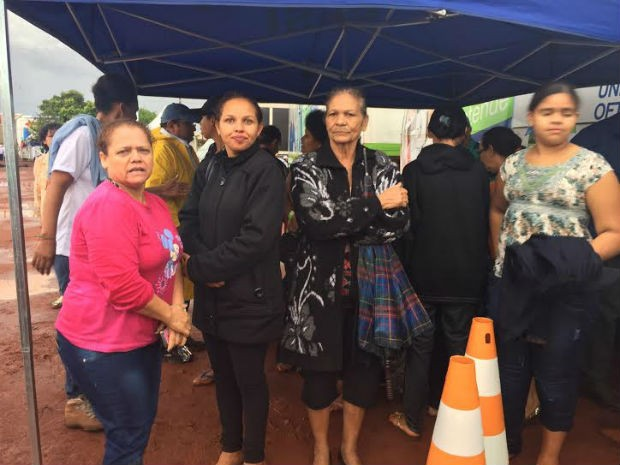 No momento da tempestade, população já recebia senhas para os atendimentos na Ação Cidadania (Foto: Claudia Gaigher/TV Morena)