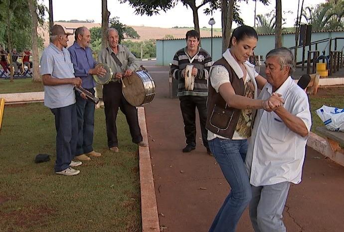 Lu Martins caiu na dança com os amigos do seo João (Foto: Reprodução / TV TEM)