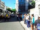 No fim do prazo, estudantes pegam filas para renovar SalvadorCard
