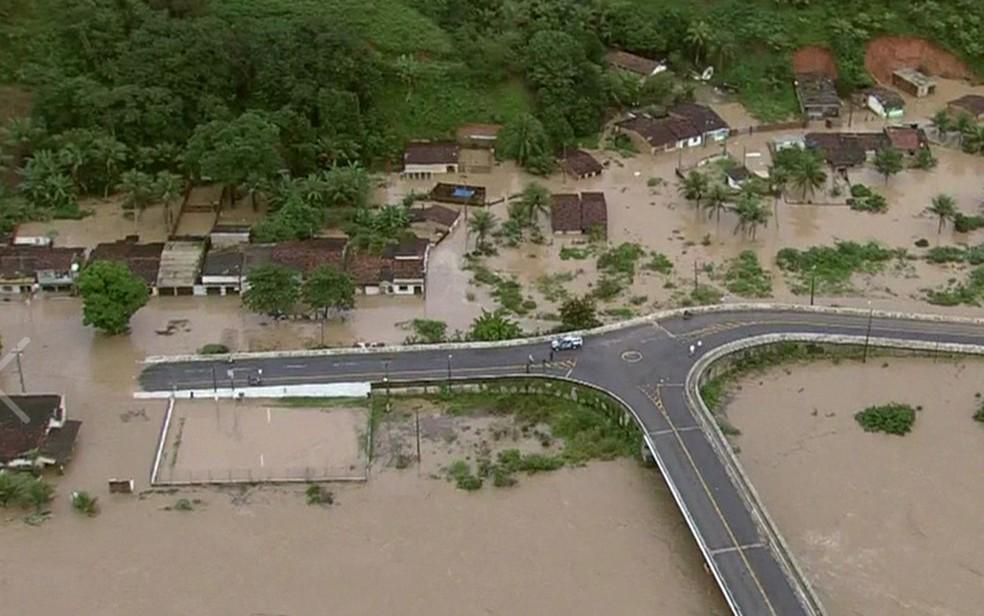 Município de Barreiros foi um dos gravemente afetados pelas enchentes (Foto: Reprodução/TV Globo)
