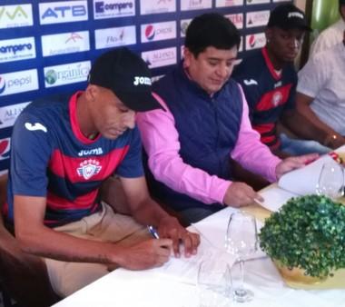 Zagueiro assina contrato por um ano (Foto: Divulgação)