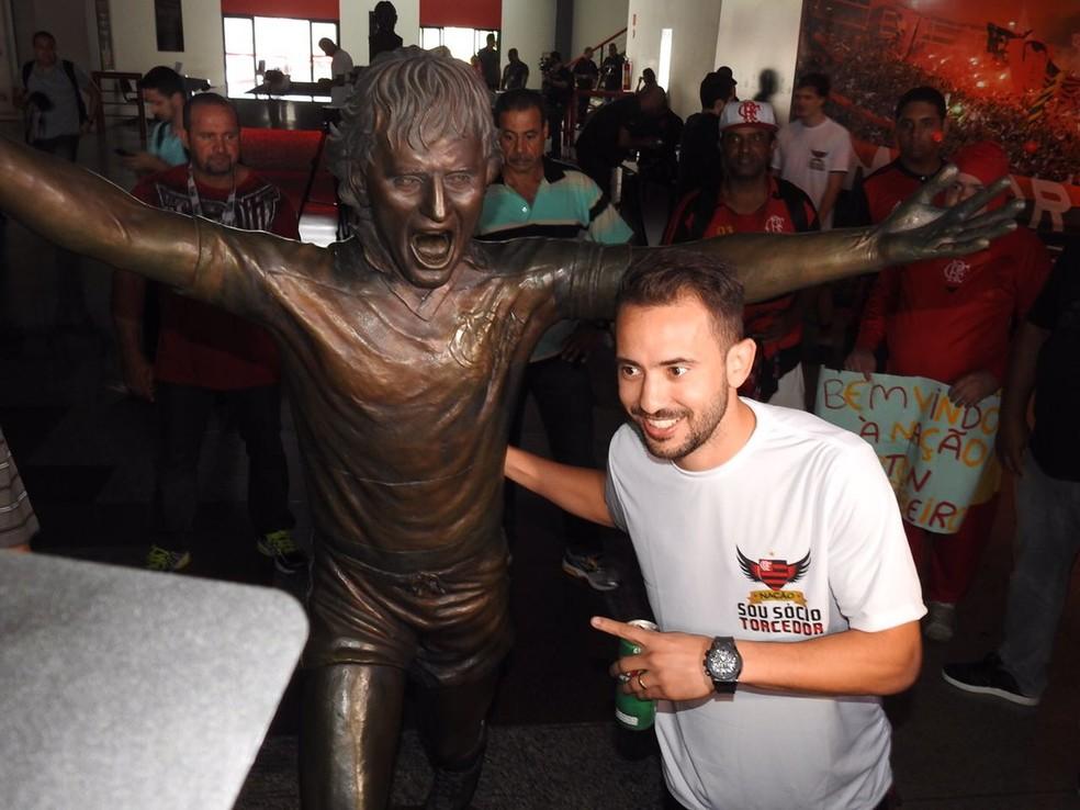 Éverton Ribeiro posou ao lado estátua do Zico antes de ser apresentado (Foto: Fred Gomes)