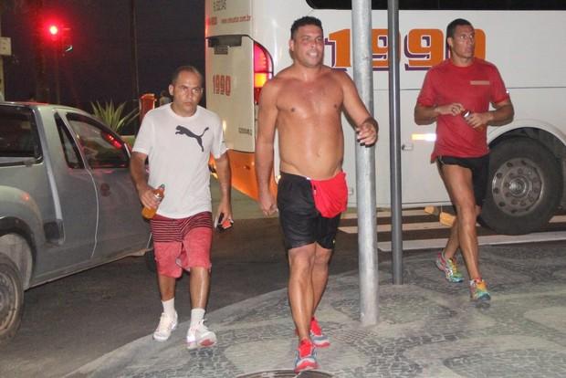 Ronaldo Fenômeno corre com seguranças no Leblon RJ (Foto: Rodrigo dos Anjos / AgNews)