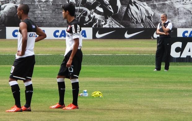 Tite observa Léo e Paulo Victor no treino de finalizações do Corinthians (Foto: Rodrigo Faber)