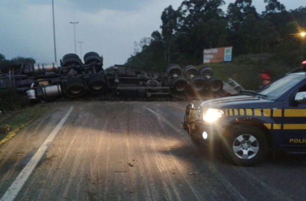 Caminhão tombou e ficou atravessano na BR-101 (Foto: Divulgação/PRF)