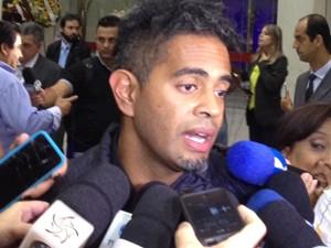 Jairzinho fala com jornalistas no velório do corpo de Jair Rodrigues (Foto: G1)