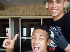 Com novo visual, Neymar posta foto ao lado da mãe no Brasil