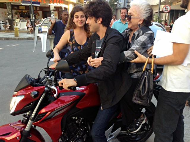 Chay Suede leva Nathalia Timberg para passeio de moto durante as gravações (Foto: Teresa Prata)