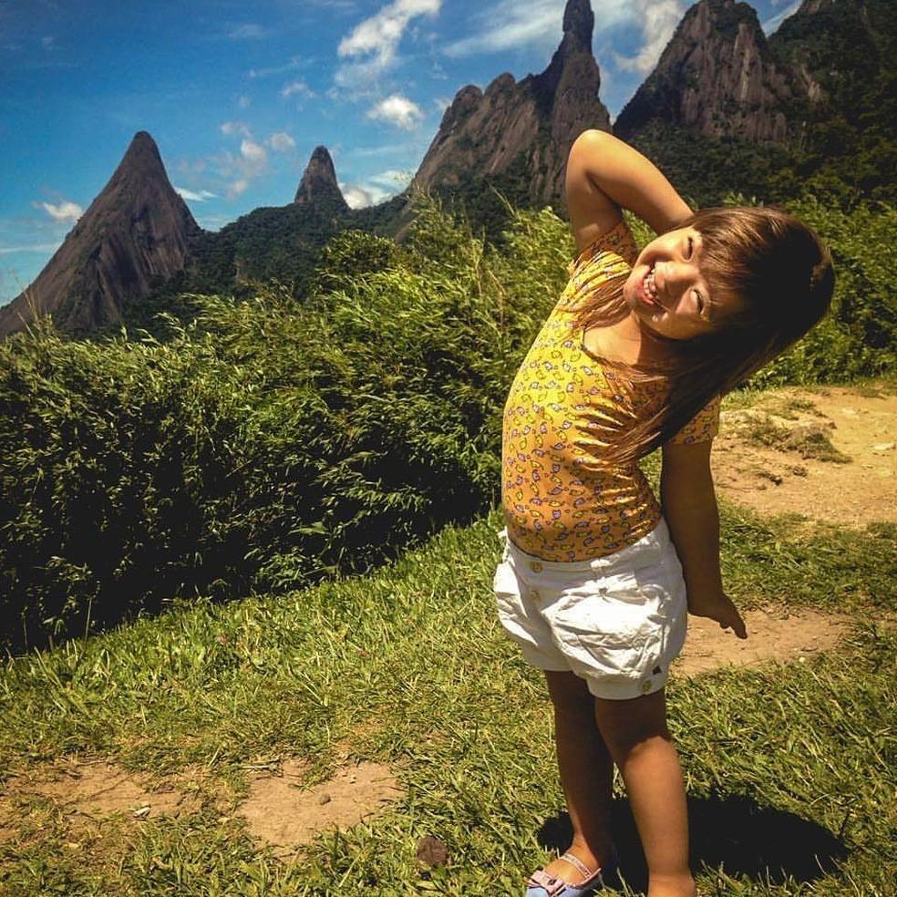 Giovana brinca de fazer pose durante passeio em Teresópolis (Foto: Arquivo Pessoal / Maria Luiza Duran)
