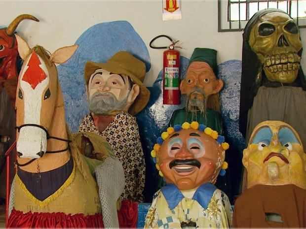 Bonecos fazem homenagem a personagens importantes de Brazópolis (Foto: Tarciso Silva / EPTV)