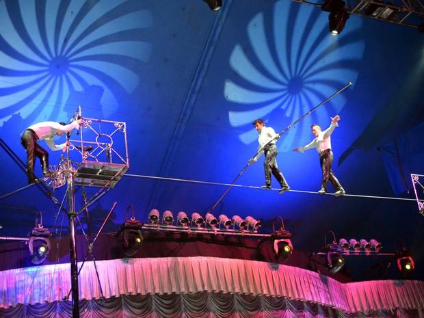 Pai e dois filhos fazem número de equilibrismo no Circo Tihany, em Campinas (Foto: Lana Torres/G1)