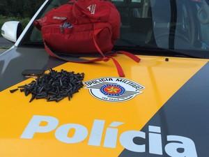 Drogas estavam dentro da mochila da jovem  (Foto: Divulgação/Polícia Militar Rodoviária)