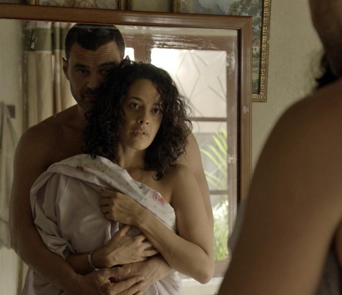 César faz Domingas se olhar no espelho (Foto: TV Globo)