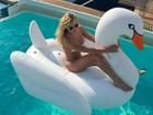 Thaíz Schmitt adere a nova moda do verão: boias gigantes de piscina