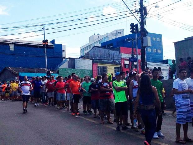 Público chega e pega fila para acesso ao Portal de Segurança, onde está posicionada a Polícia Militar (Foto: Alan Tiago Alves/G1)
