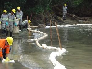 Funcionários da Petrobras trabalham na contenção e limpeza da Praia das Cigarras, em São Sebastião. (Foto: Divulgção/Capitania dos Portos)