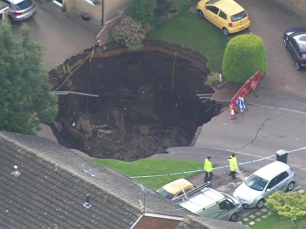 Cratera de 20 metros de diâmetro surgiu no norte de Londres (Foto: Reprodução/BBC)
