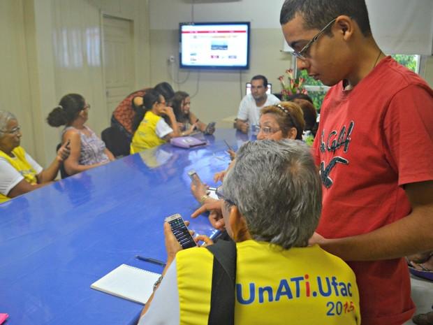 Idosos têm aula sobre rede sociais, mídias digitais e como ter acesso a internet (Foto: Aline Nascimento/G1)