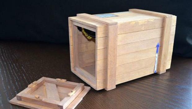 Para promover o lançamento de um livro contando sua história, um modelo do caixote foi construído (Foto: Marcus McSorley/BBC)