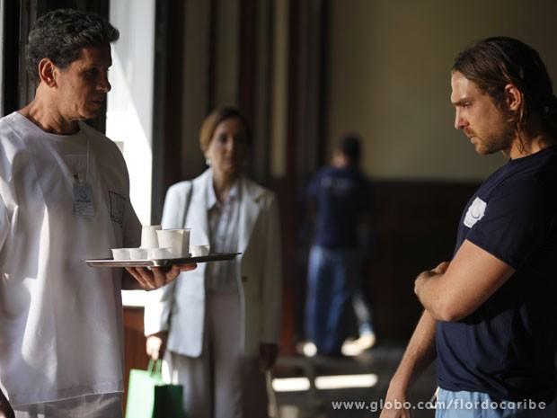 Alberto é medicado na clínica (Foto: Flor do Caribe/TV Globo)