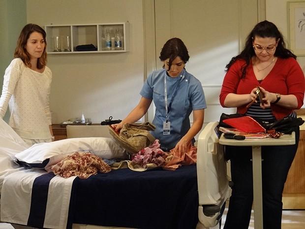 Laura, Bia e Itália continuam procurando o anel (Foto: Maria Clara Lima/Gshow)