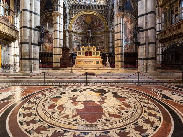 Interior da Catedral de Siena com o piso descoberto (Foto: Giuseppe Masci / TIPS / Photononstop/ AFP)