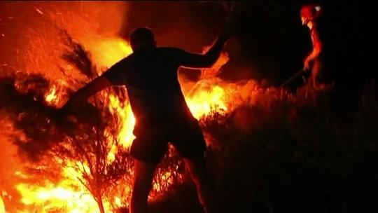 Incêndio atinge reserva natural e 1.800 pessoas são removidas