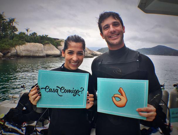 Bruna e Luciano após o pedido embaixo d'água. Ele disse sim!  (Foto: Divulgação / O Pedido)