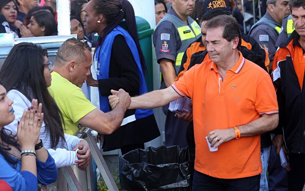 Deputado Paulinho da Força cumprimenta homem em evento da Força Sindical pelo Dia do Trabalhador, na Zona Norte de São Paulo (Foto: Celso Tavares/G1)