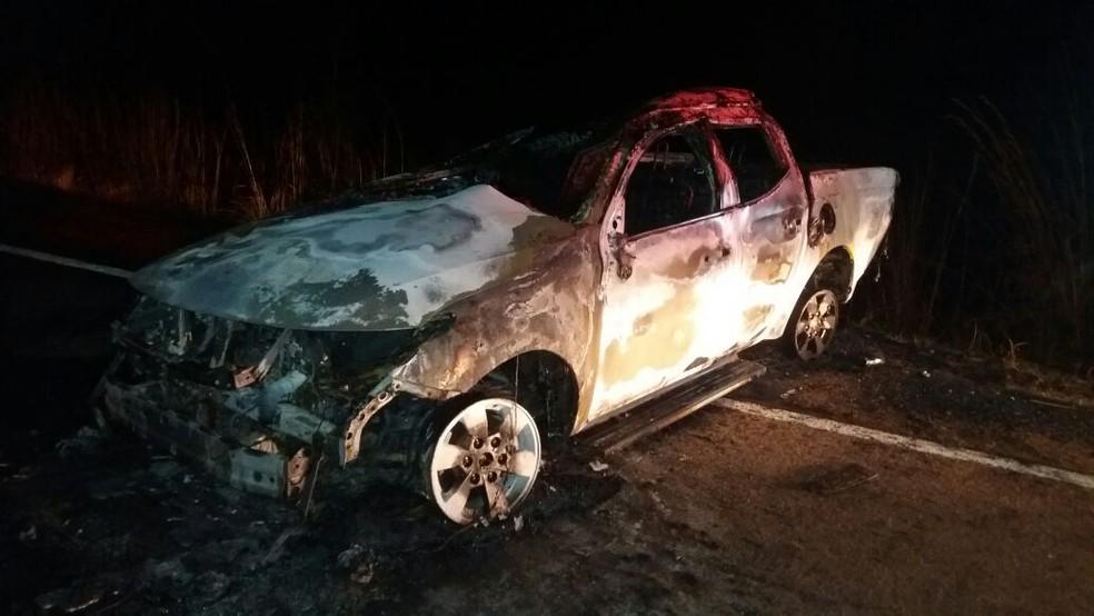 Caminhonete pegou fogo e ficou completamente destruída (Foto: Jairo Santos/TV Anhanguera)