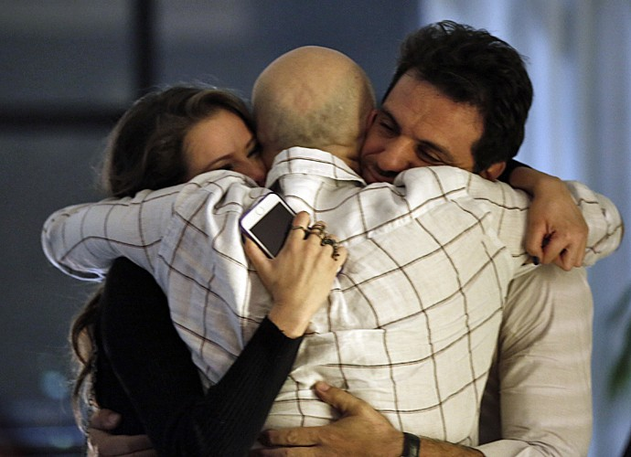 Agatha Moreira e Rodrigo Lombardi abraçam o diretor de núcleo Mauro Mendonça Filho após gravar cena (Foto: Inácio Moraes/ Gshow)