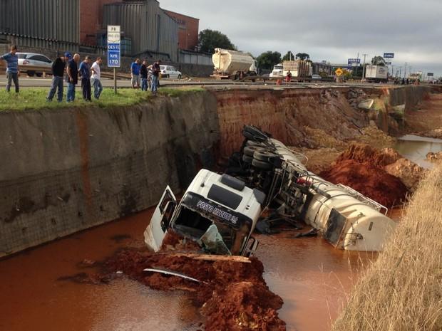 Acidente aconteceu em Ponta Grossa, na madrugada deste sábado (11)  (Foto: Paulo Martins/RPC)