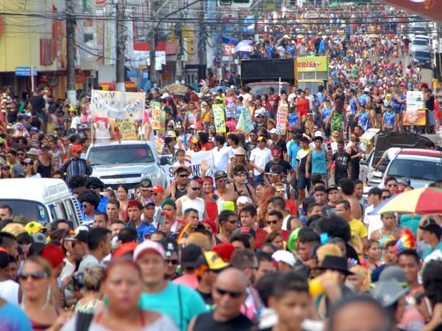 Passagem do bloco 'A banda' na rua Candido Mendes, no Centro de Macapá (Foto: Gabriel Penha/G1-AP)