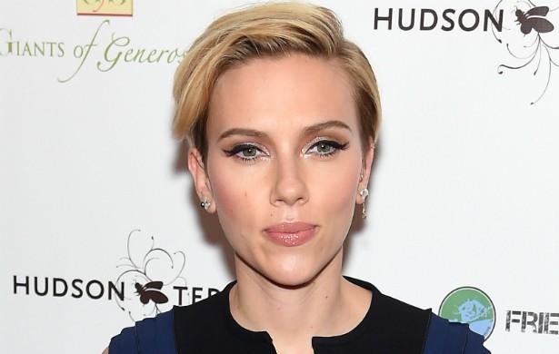 A atriz Scarlett Johansson adora cozinhar quando está sozinha. Ela diz que põe música para tocar, se serve uma taça de vinho e prepara alguma receita de peru ou frittata. Scarlett acha isso terapêutico. (Foto: Getty Images)