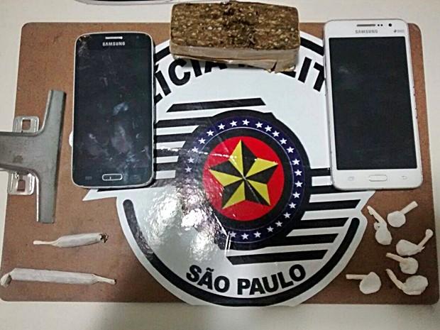 Policiais encontraram 105 gramas de maconha na casa de suspeito (Foto: Divulgação/Polícia Militar de Piraju)